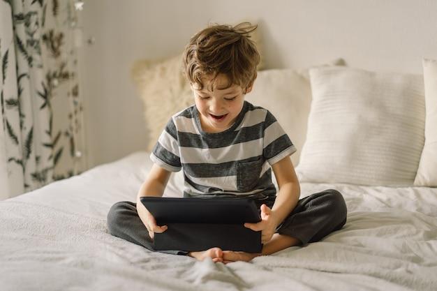 방에 태블릿 어린 소년