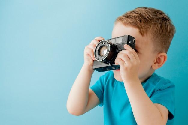 青に古いカメラを持った少年。