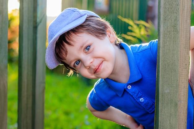 青い服を着て青い目を持つ少年