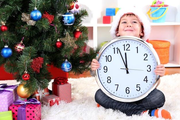 新年を見越して時計を持った少年