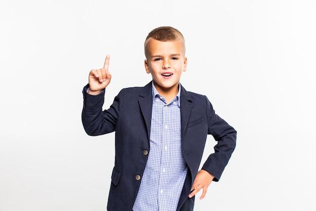 空のポインティングを持った少年が白い壁に分離された手を持ち上げた