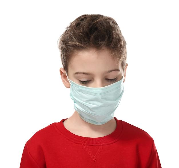 흰색 바탕에 얼굴 마스크에 독감에 걸린 어린 소년