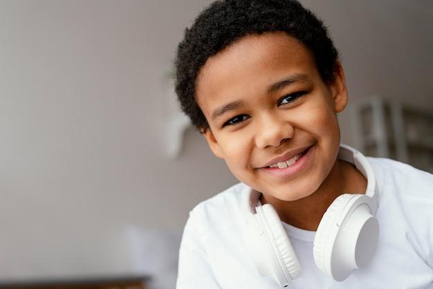 ヘッドフォンを持つ小さな男の子