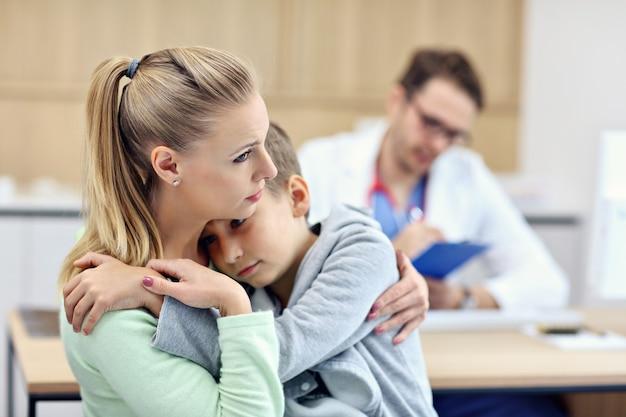 Маленький мальчик с мамой в клинике на осмотре педиатром