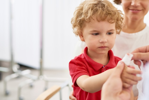 Маленький мальчик с поврежденным пальцем