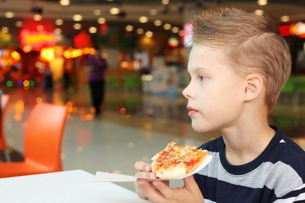 피자와 함께 어린 소년