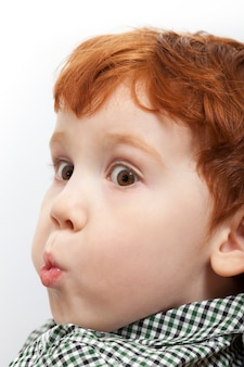 뺨을 삐죽 어린 소년, 생각하는 동안 아이의 초상화