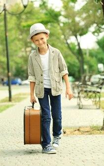 공원에서 가방으로 어린 소년