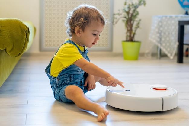 Маленький мальчик много лет назад запускает робот-пылесос