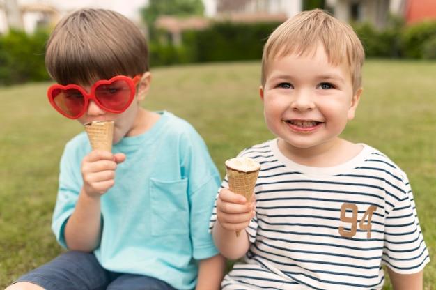 아이스크림을 즐기는 작은 소년