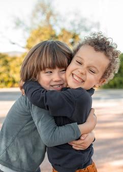 야외에서 포옹하는 작은 소년