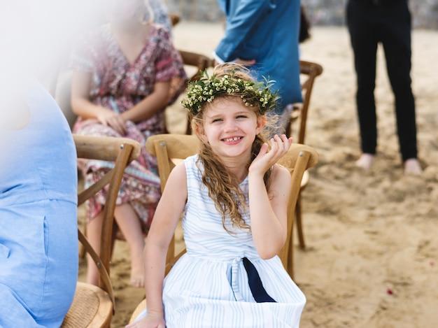 Маленькая подружка невесты на свадьбе на пляже