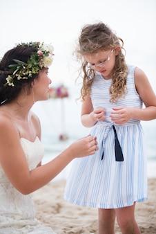 해변 결혼식에서 작은 들러리