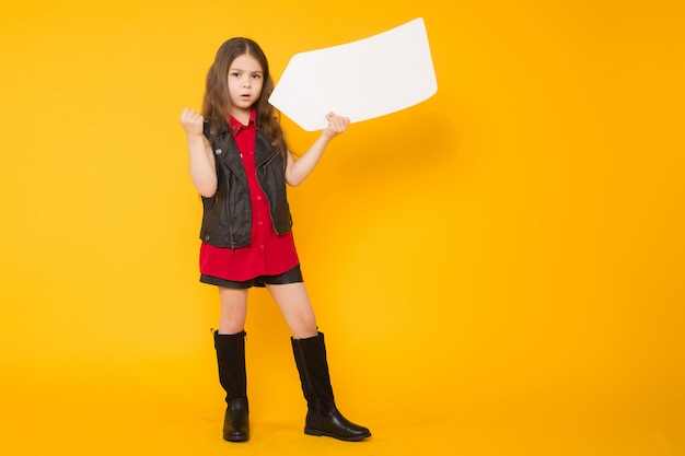Little brunette girl with speech bubble