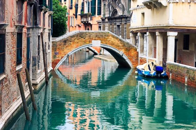 イタリア、ベニスの小さな運河