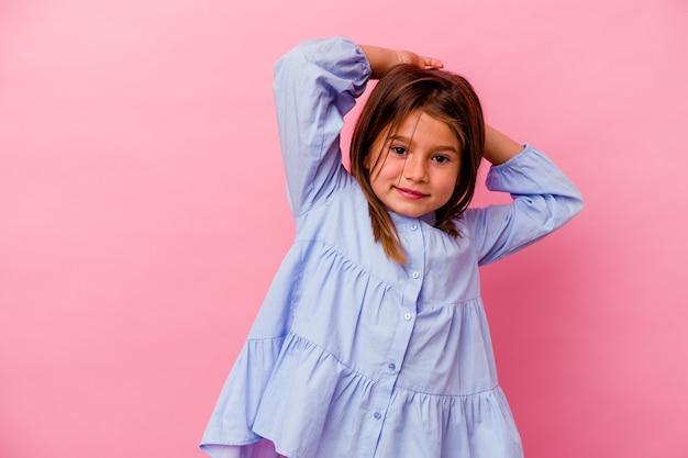 ピンクの背景の腕を伸ばして、リラックスした位置で隔離の小さな白人の女の子。