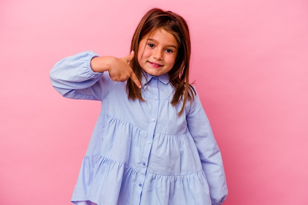 자랑스럽고 자신감, 셔츠 복사 공간을 손으로 가리키는 분홍색 벽 사람에 고립 된 어린 백인 소녀