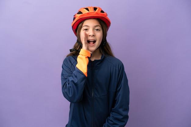 Маленькая кавказская девочка, изолированная на фиолетовом фоне, кричит с широко открытым ртом