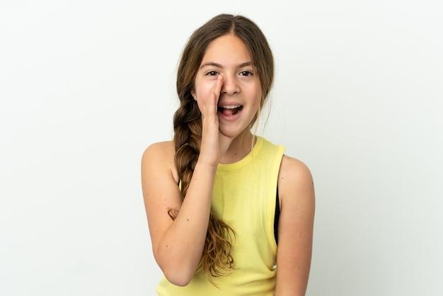 Маленькая кавказская девочка, изолированные на белом фоне, кричит с широко открытым ртом