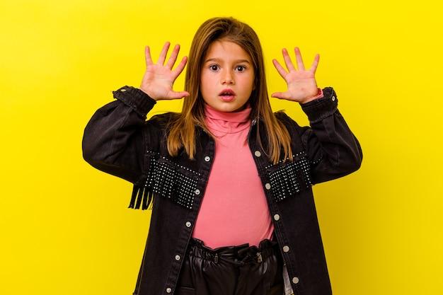 아이디어, 영감 개념 데 노란색 배경에 고립 된 어린 백인 소녀.