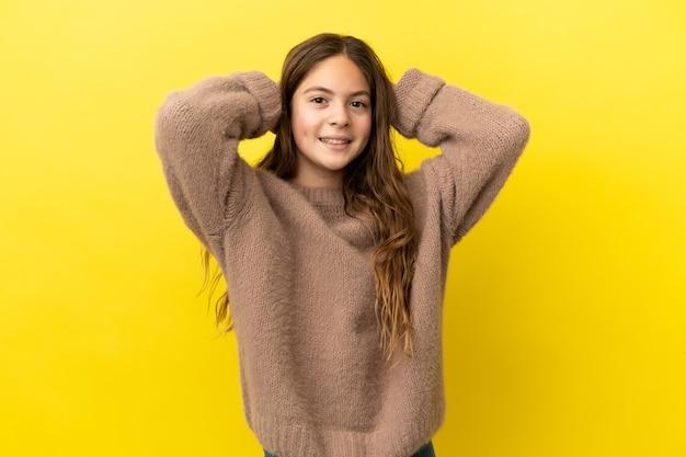 Маленькая кавказская девочка, изолированные на желтом фоне смеясь