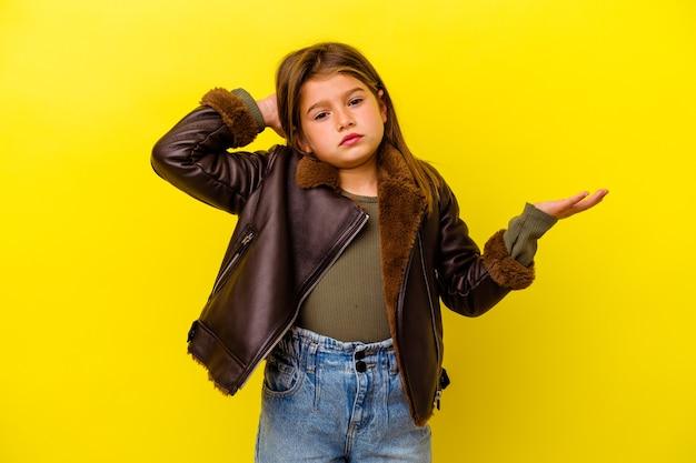 Маленькая кавказская девочка, изолированные на желтом фоне, кричала от ярости.