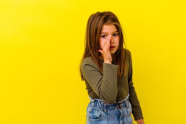 노란색에 고립 된 어린 백인 소녀는 비밀 뜨거운 제동 뉴스를 말하고 옆으로보고