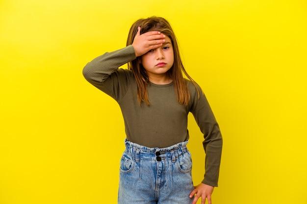 Маленькая кавказская девушка изолирована на желтых трогательных висках и имеет головную боль.
