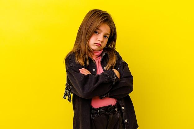 退屈で、疲れていて、リラックスした日が必要な黄色で孤立した白人の少女。