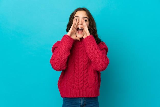 Маленькая кавказская девочка изолировала кричать и что-то объявлять