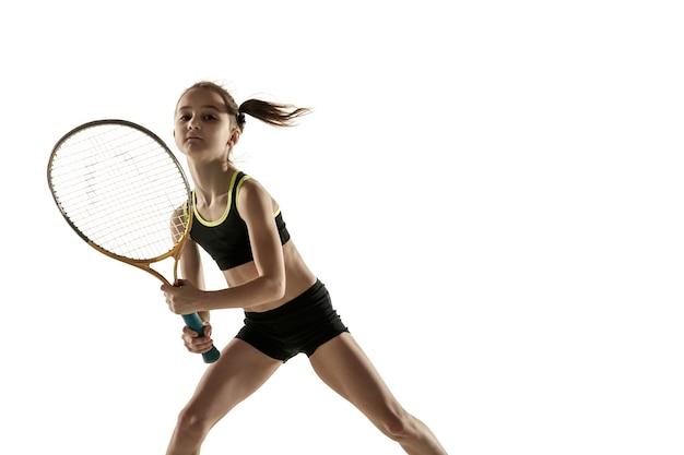 白い壁に分離されたテニスをしている白人の少女