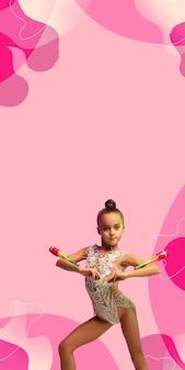 小さな白人の女の子、リズミカルな体操選手のトレーニング、ピンクのスタジオの背景で実行