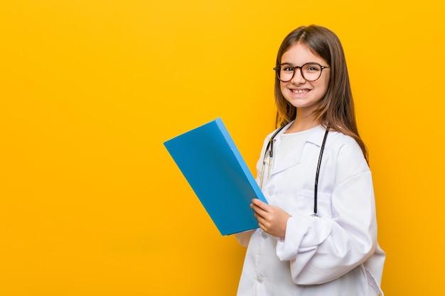 医者の衣装を着た白人の少女