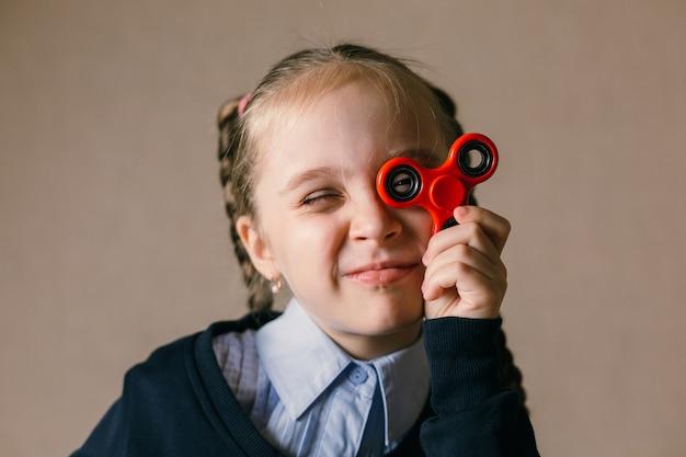 ハンドスピナーを持った白人の少女が目を上げた