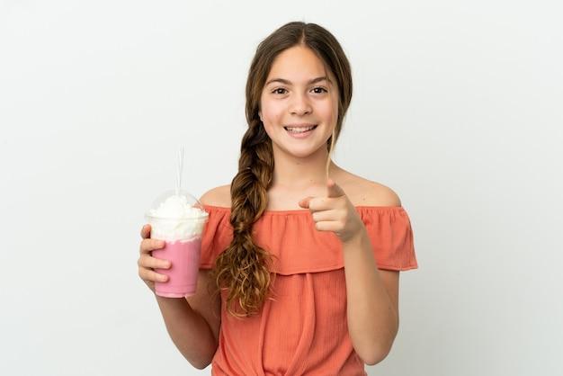 흰색 배경에 격리된 딸기 밀크셰이크를 들고 놀란 백인 소녀