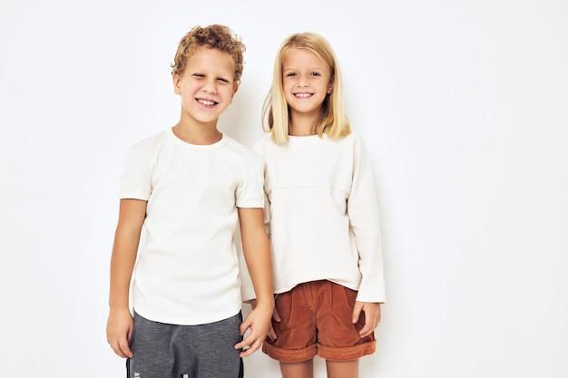 Маленькие веселые веселые друзья жестикулируют изолированным фоном руками. фото высокого качества