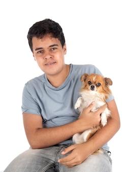 Маленький чихуахуа и подросток на белом фоне