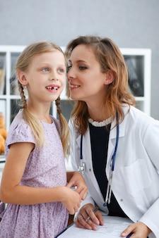 小児科医の受付で小さな子供