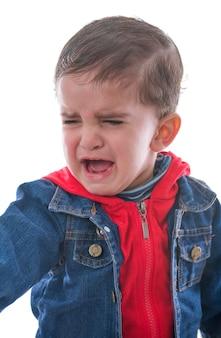 白い背景の上で泣いている小さな子供