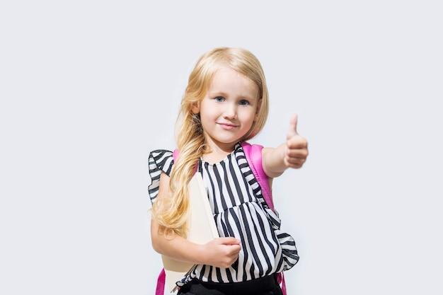 어린 아이 소녀 아름다운 유행과 격리 된 배경에 행복, 다시 학교로