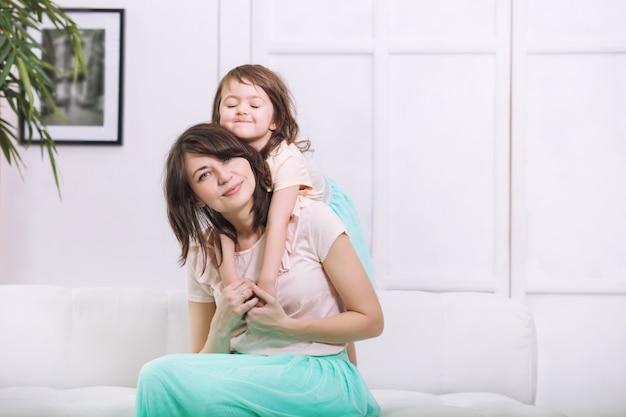 어린 소녀는 아름답고 귀여운 집에서 엄마와 함께 행복합니다
