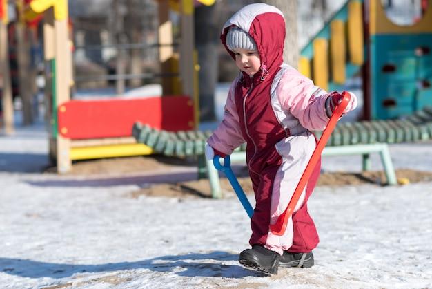 冬の路上で遊ぶ子供