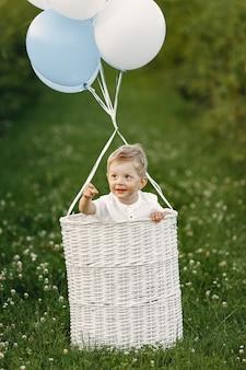 풍선 바구니에 앉아 어린 아이