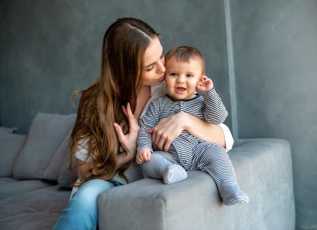 Маленький ребенок улыбается и счастлив с мамой