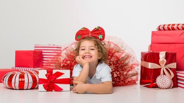 クリスマスの要素に囲まれた小さな子供
