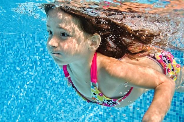 어린 아이는 수영장에서 수중 수영, 행복한 활성 아기 소녀 다이빙과 물속에서 재미 있습니다