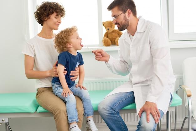 小児科医を訪れる小さな子供