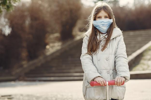 Il piccolo bambino cammina fuori in una maschera