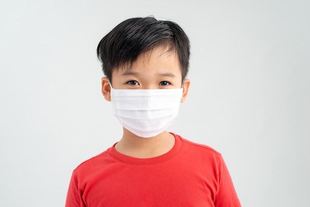 フェイスマスクを着ている小さな子供