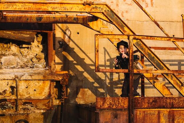 Маленький ребенок с биноклем на ступеньках
